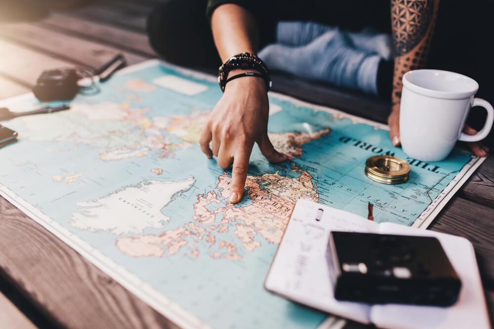 Viajero con un mapa