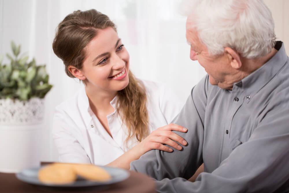 Voluntaria con un anciano