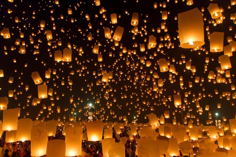 Gente lanzando linternas en Yi Peng