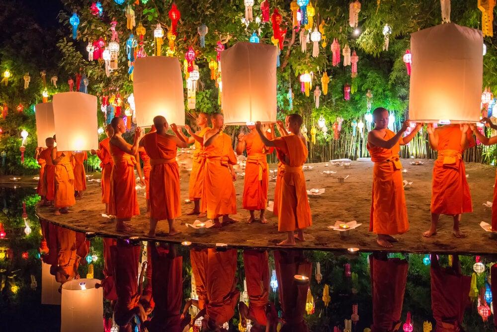 Monjes con linternas en Yi Peng en Chiang Mai