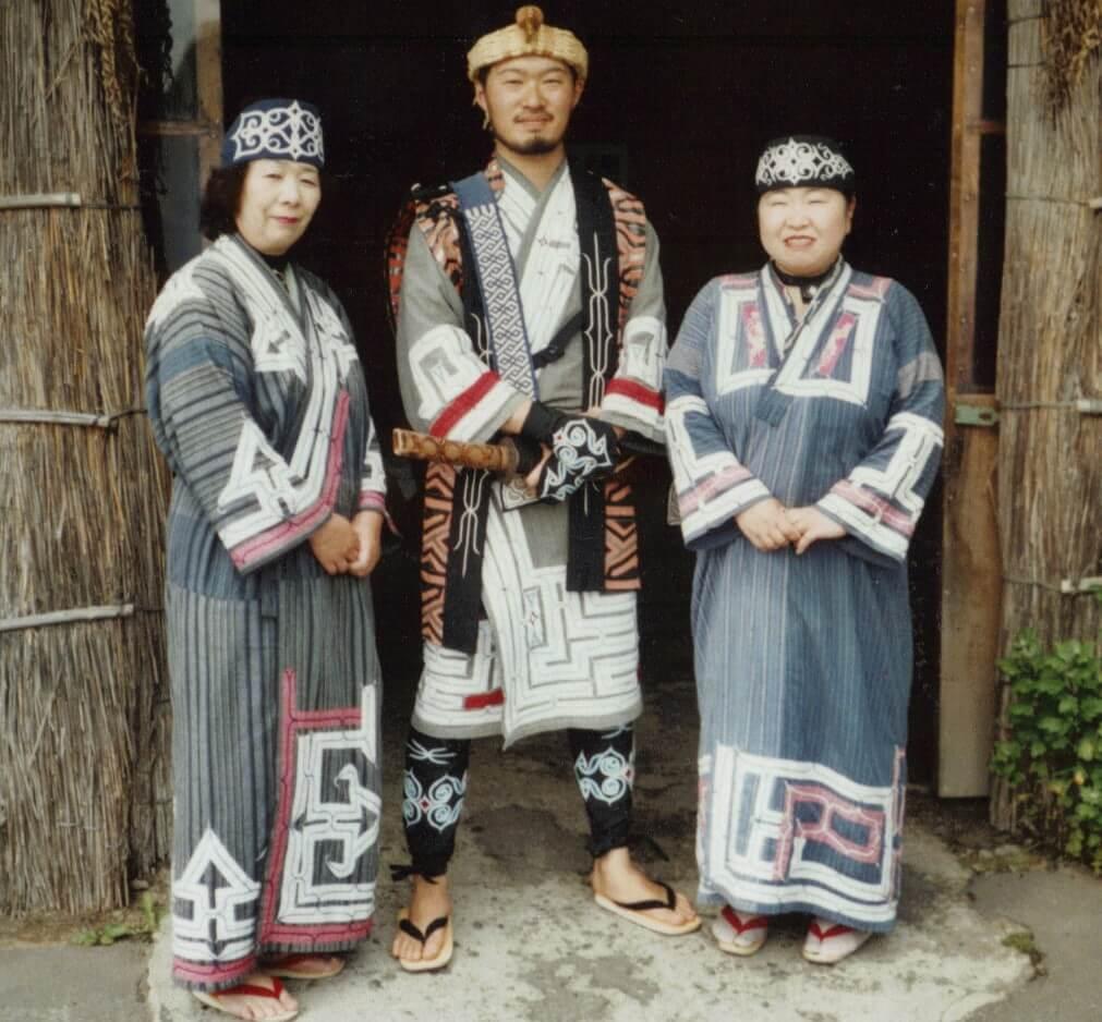 Ainus con ropajes típicos