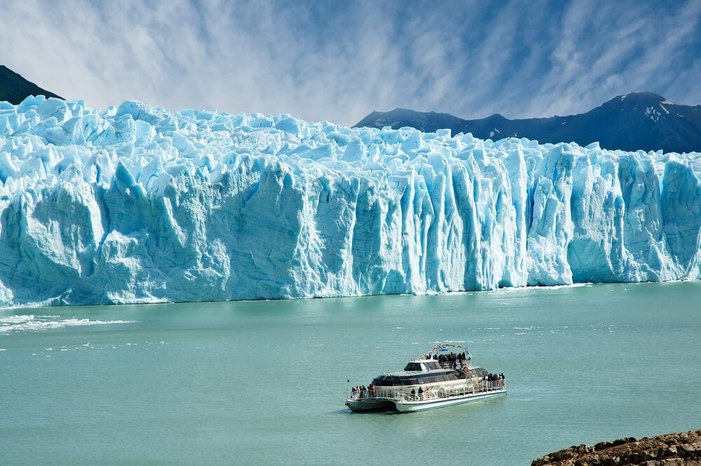 Barco junto al Perito Moreno