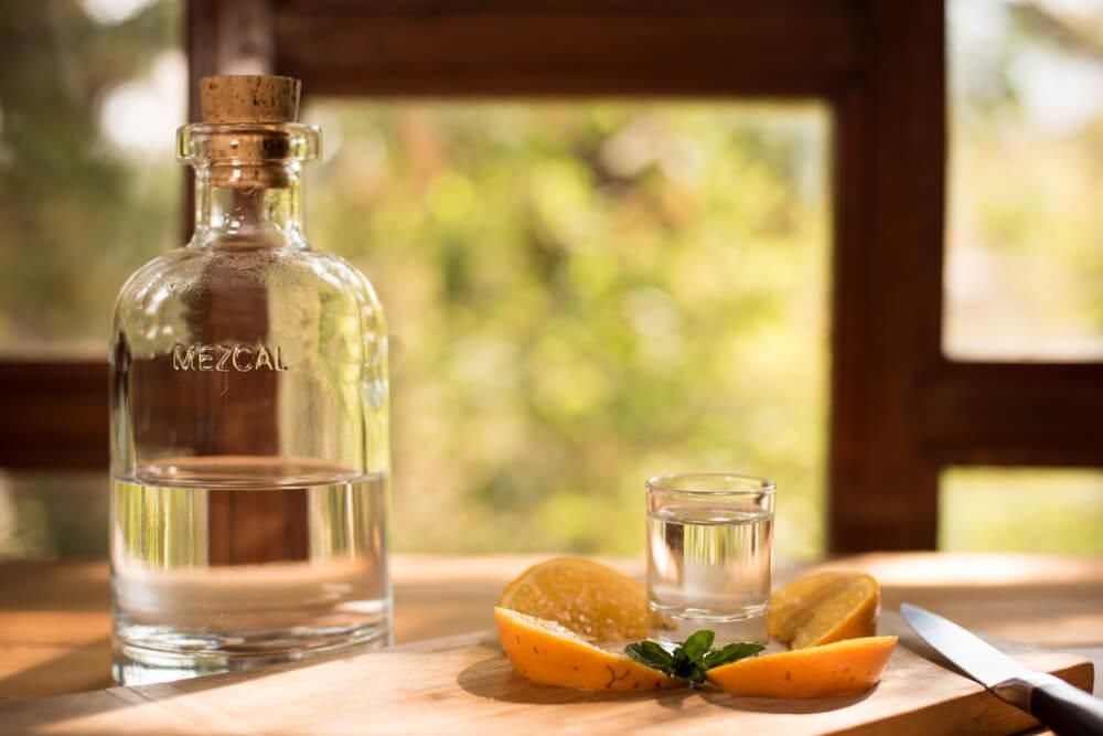 Botella de mezcal, una de las bebidas tradicionales de México