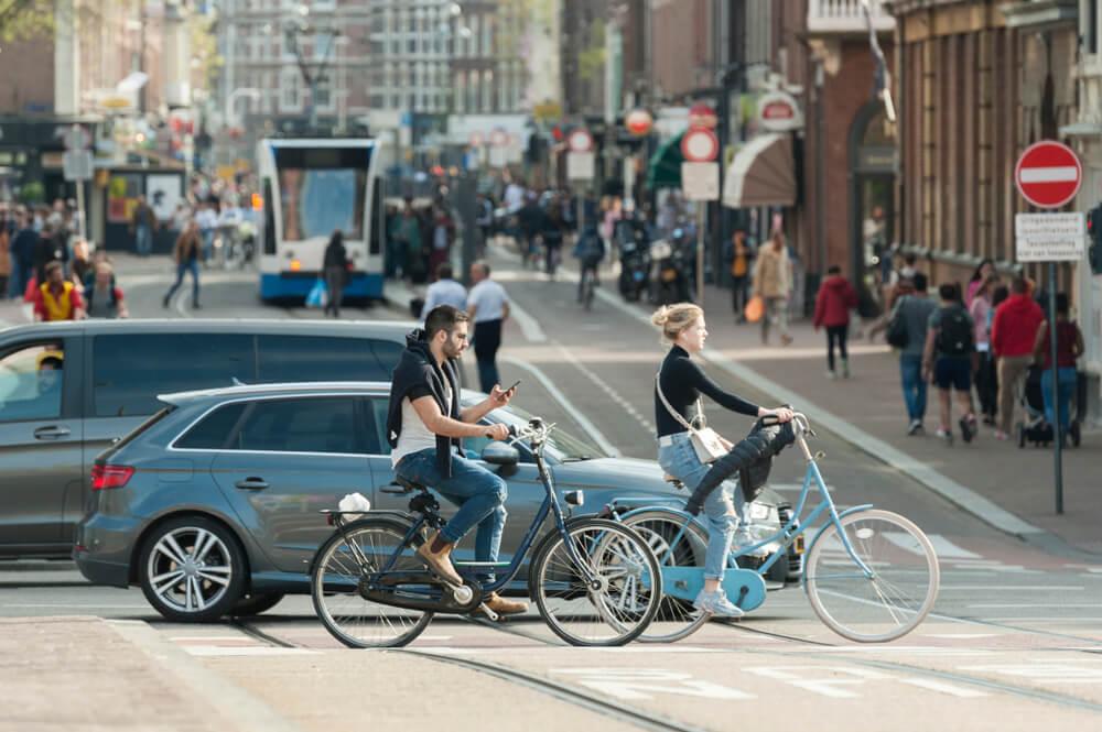 Calle de Ámsterdam con bicis y coches
