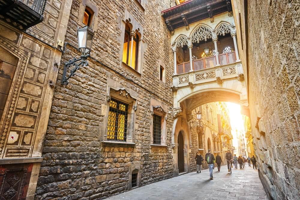 Carrer del Bisbe, una de las calles más bonitas de Barcelona