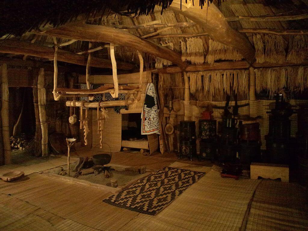 Interior de una casa ainu