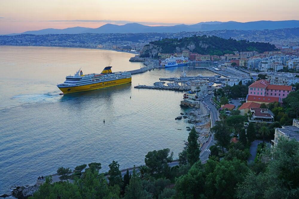 Barco saliendo desde Niza