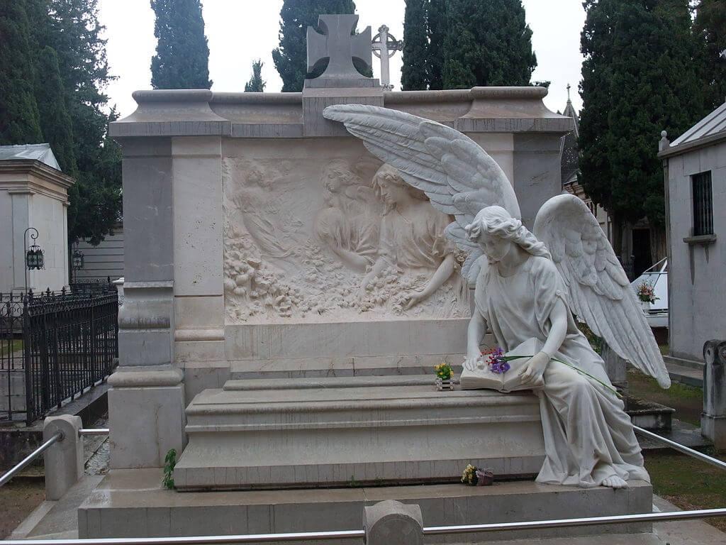 Sepultura en el cementerio de San José de Granada