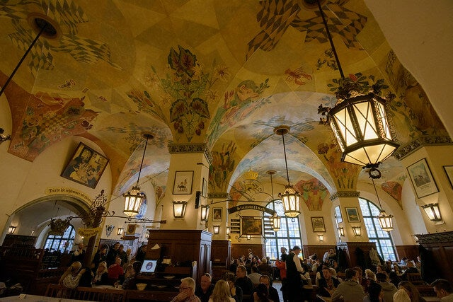 Interior de Hoffbrauhaus en Munich