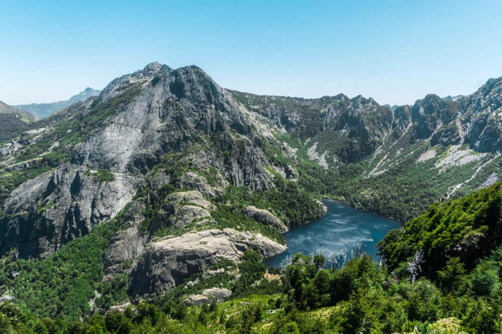Vista de la laguna de Pirquinco, uno de los tesoros escondidos de Chile