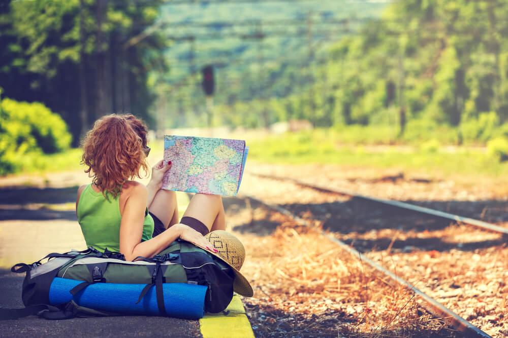Mujer esperando un tren