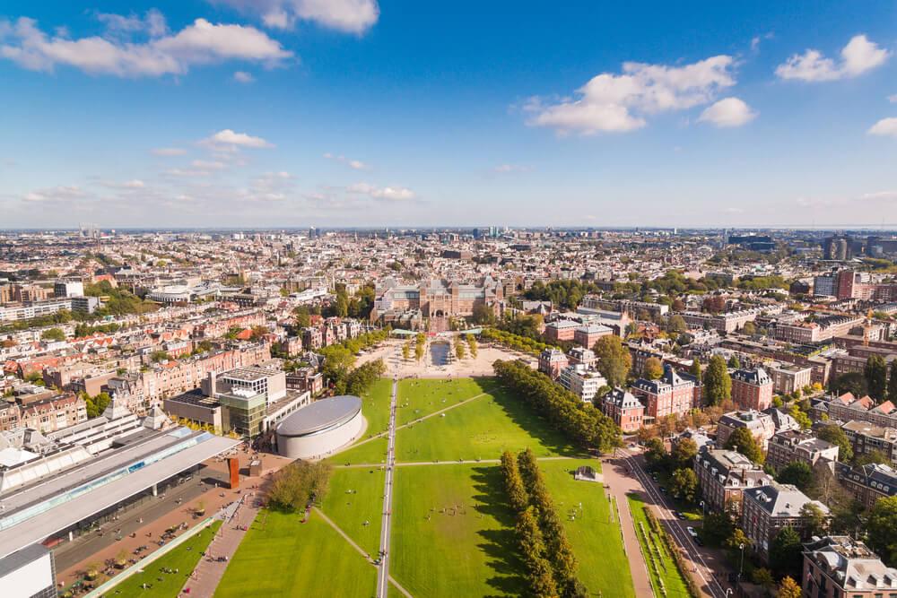 Vista de la Museumplein de Ámsterdam