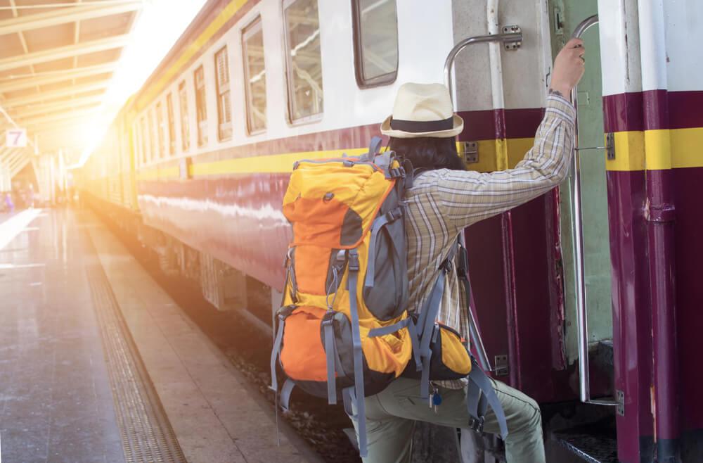Turista subiendo a un tren