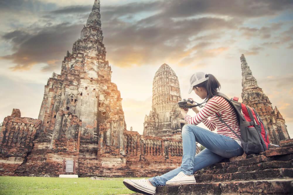 Mujer en un templo de Bali, disfrutando de cómo un viaje te cambia