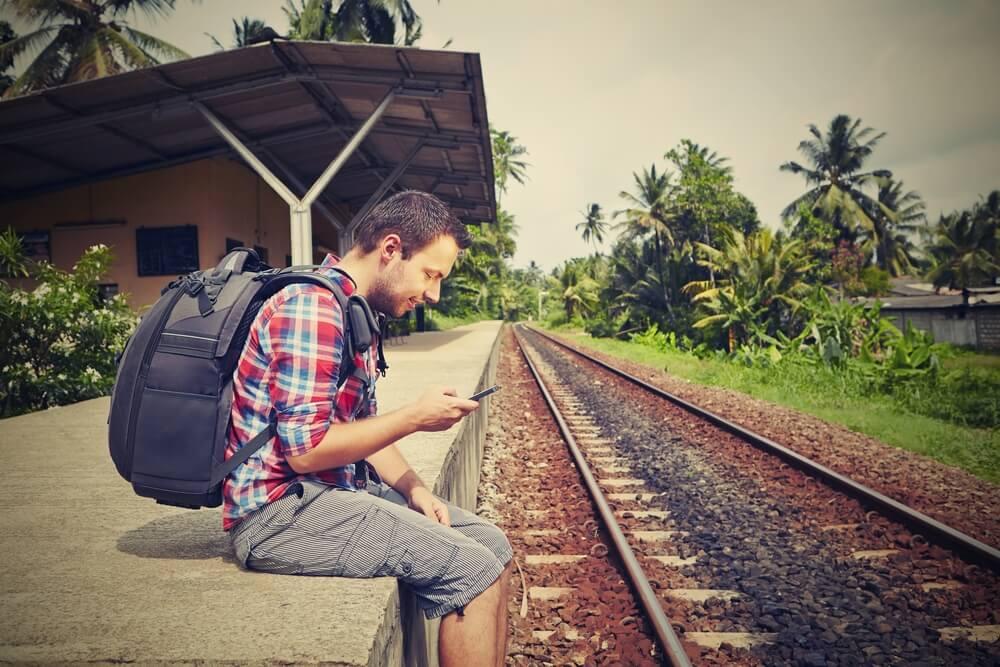 Viajero con un móvil