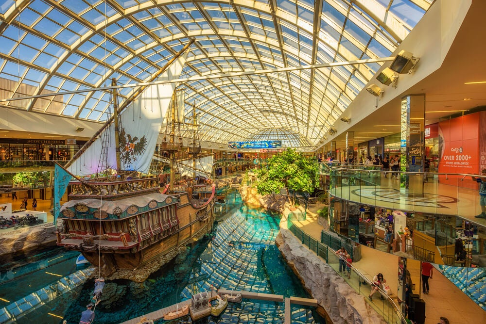 Interior del West Edmonton Mall en una de las ciudades canadienses