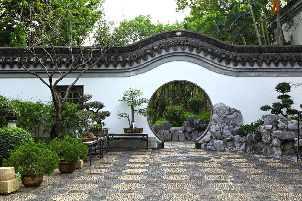 Puerta de la Luna en un jardín chino