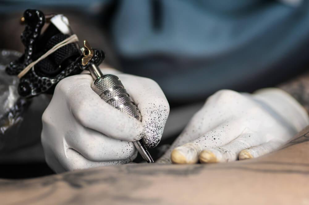 Hombre haciendo tatuajes en Japón
