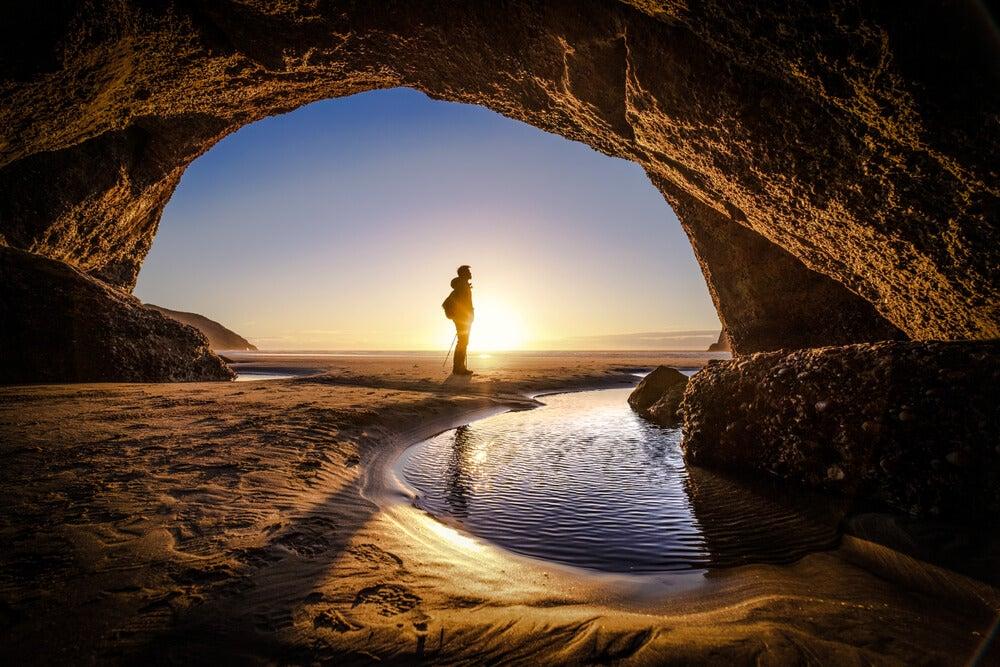 Viajero en una cueva