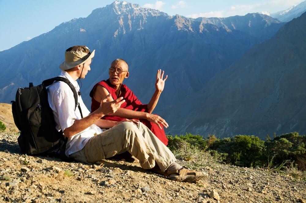 Vijero hablando con un monje y mostrando habilidades sociales