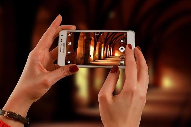 Mujer haciendo una foto con el móvil