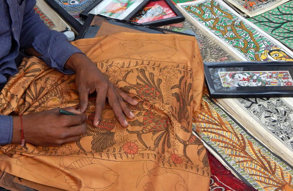 Hombre pintando en Madhubani
