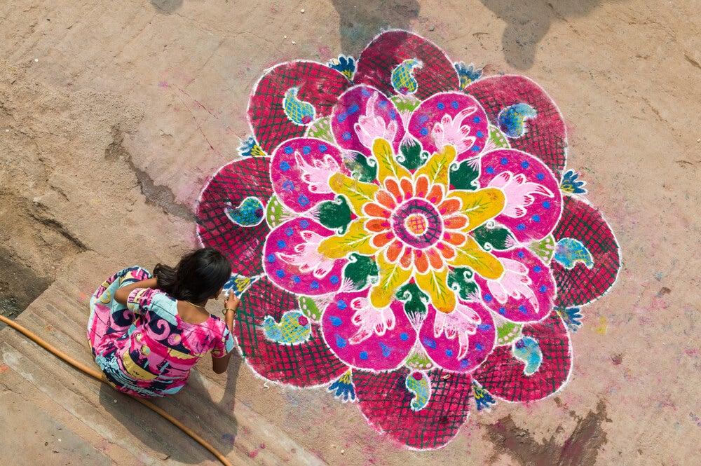 Mujer pintando un mandala, muestra del arte hindú