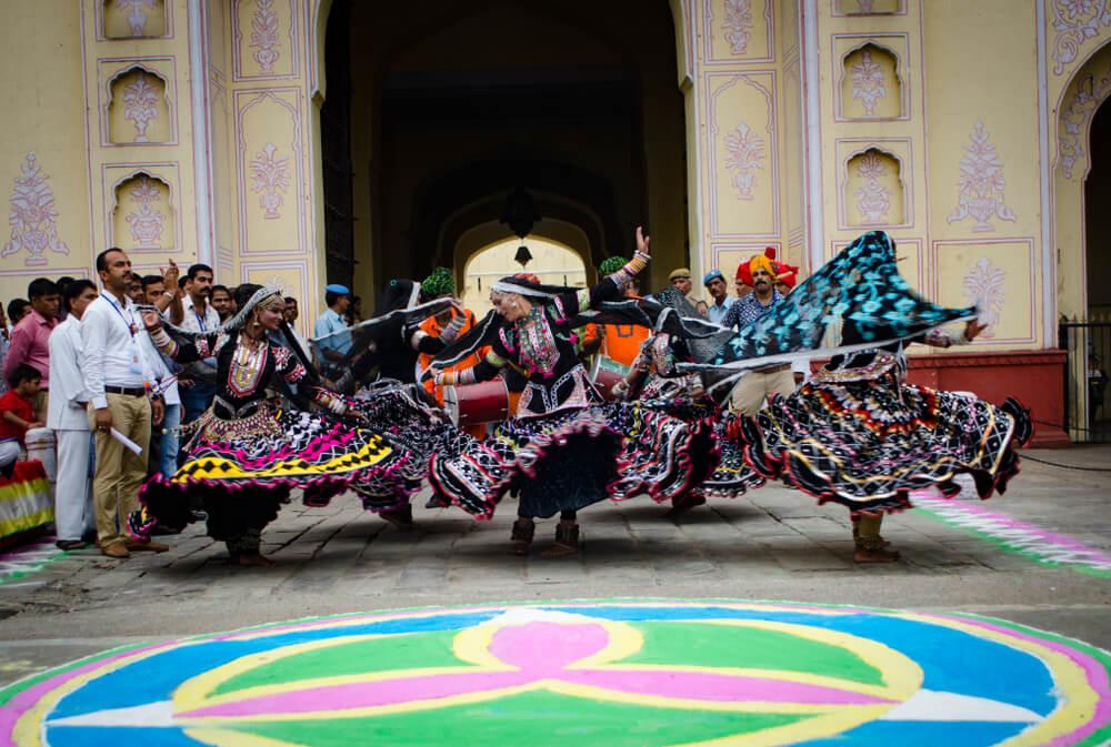 Mujeres bailando en el Teej en la India