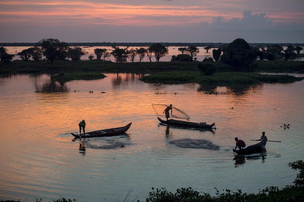 Pescadores en el lago