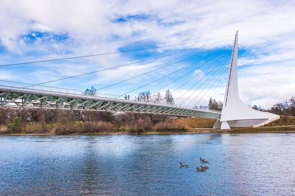 Puente del reloj del Sol en Redding
