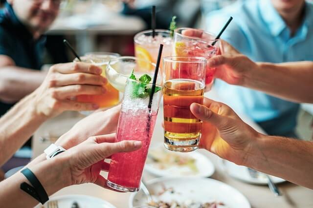 Grupo de gente bebiendo refrescos