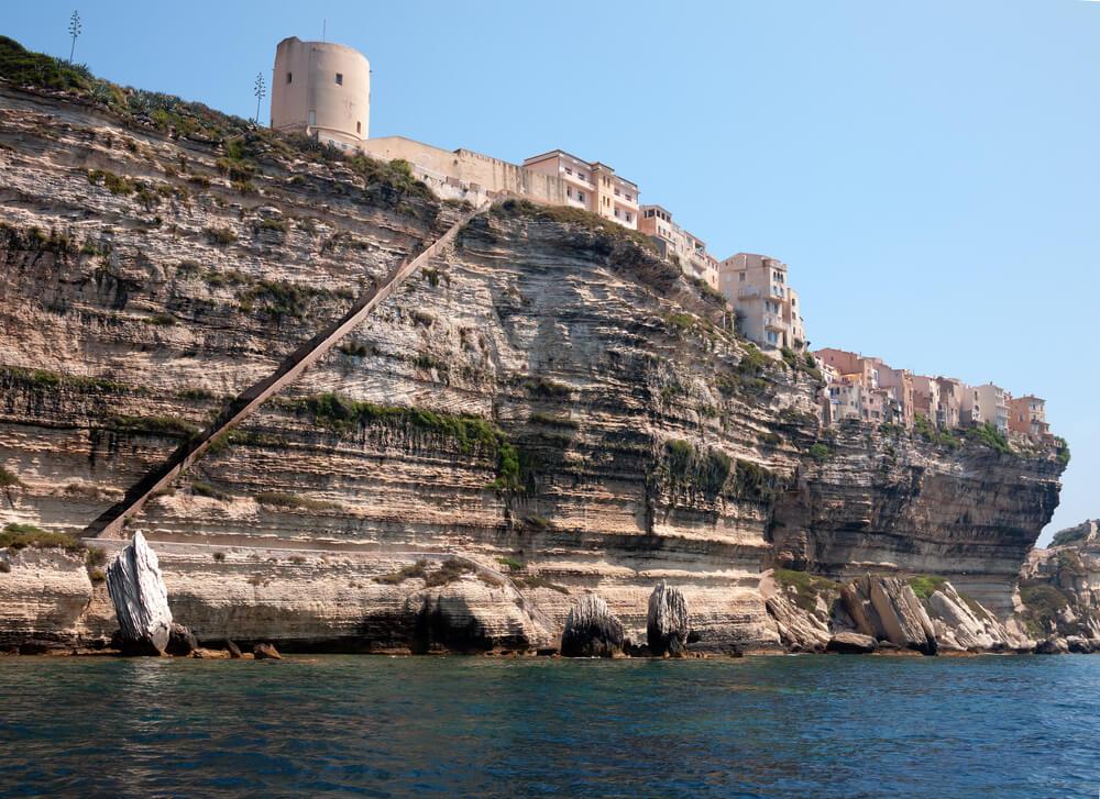 Vista desde el mar de las Escaleras del Rey de Aragón