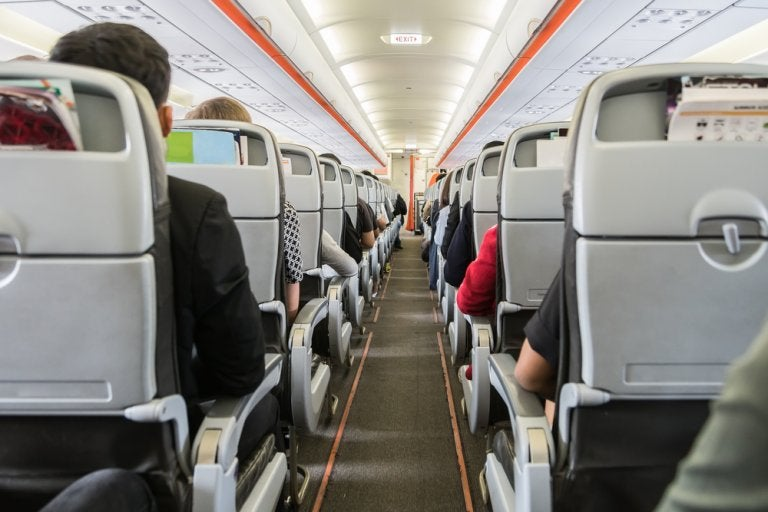 Cómo sobrellevar un largo viaje en avión