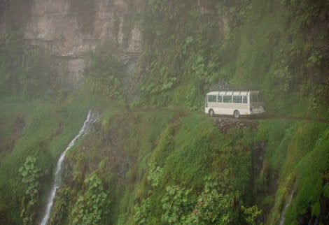 Autobús en el Camino de la Muerte