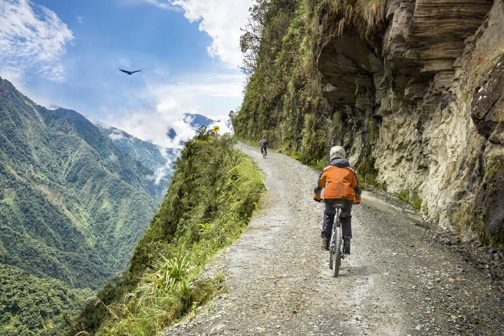 Ciclistas en el Camino de la Muerte