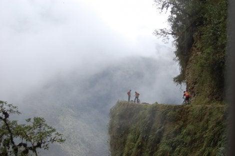 Ciclistas en la Carretera de la Muerte de Bolivia