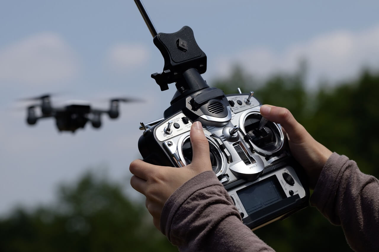 Hombre manejando drones para viajeros