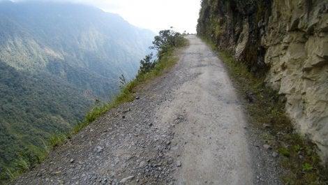 Firme de la Carretera de la Muerte en Bolivia