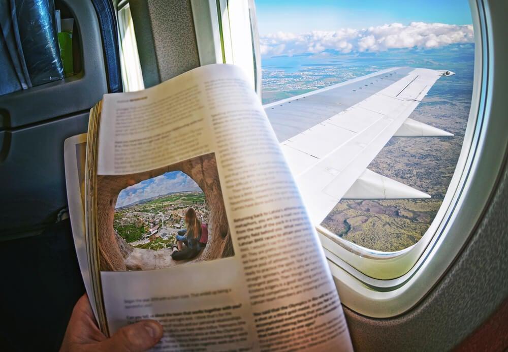 Mujer leyendo en un viaje en avión