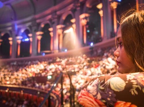 Mujer viendo uno de los musicales en Londres