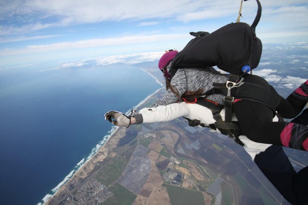 PAreja que acaba de saltar en paracaídas
