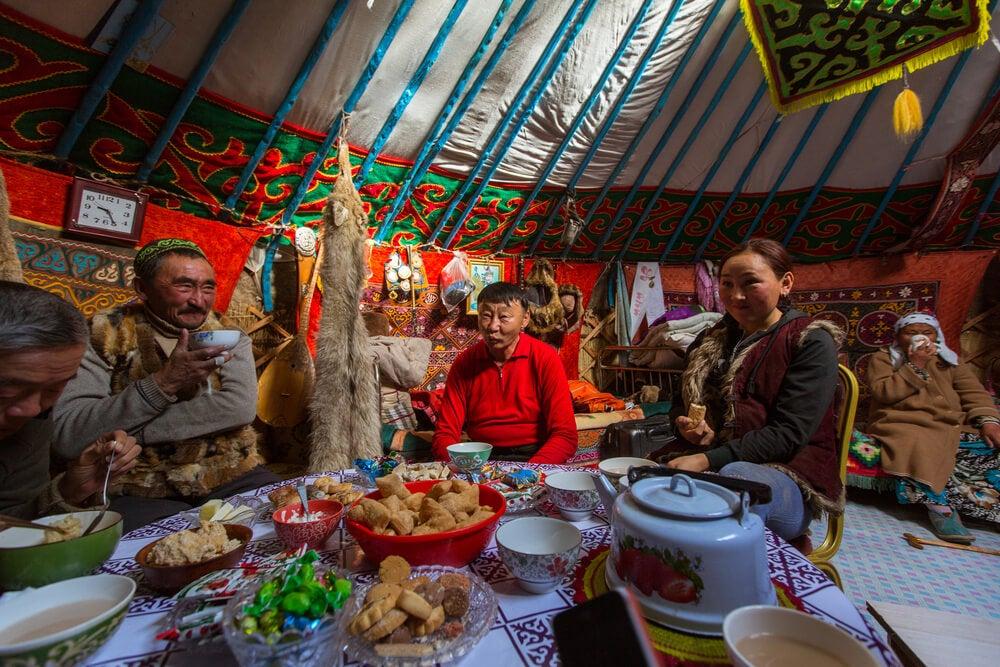 Tribu kazaja mostrando la hospitalidad en Asia Central
