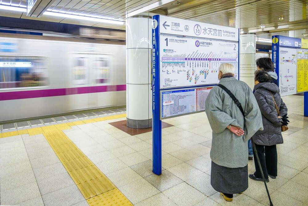 Ancianos en el metro de Tokio