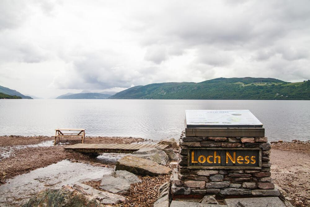 Cartel del lago Ness