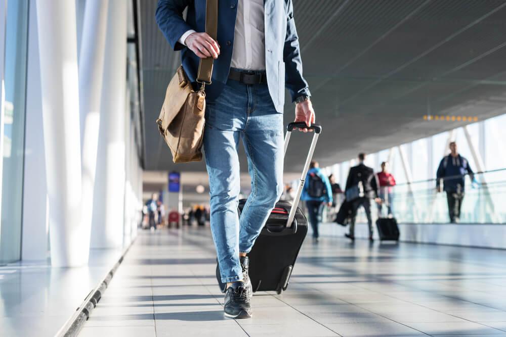 Hombre con bolso y maleta
