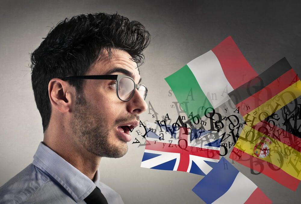 Hombre hablando diferentes idiomas de Europa