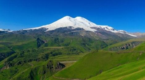Monte Elbrus en uno de los sistemas montañosos de Europa