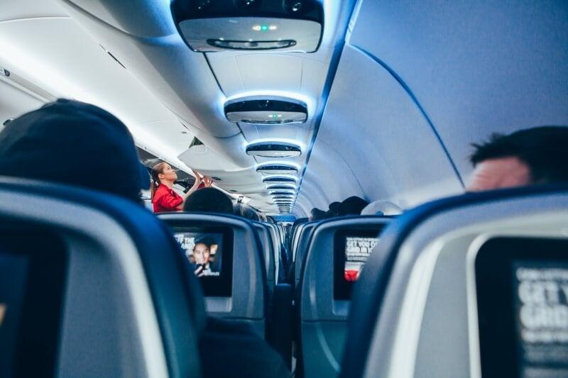Pasillo de un avión