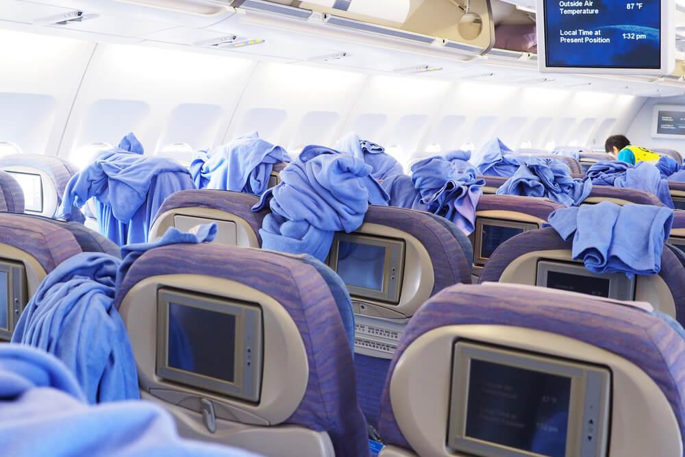Personal limpiando un avión