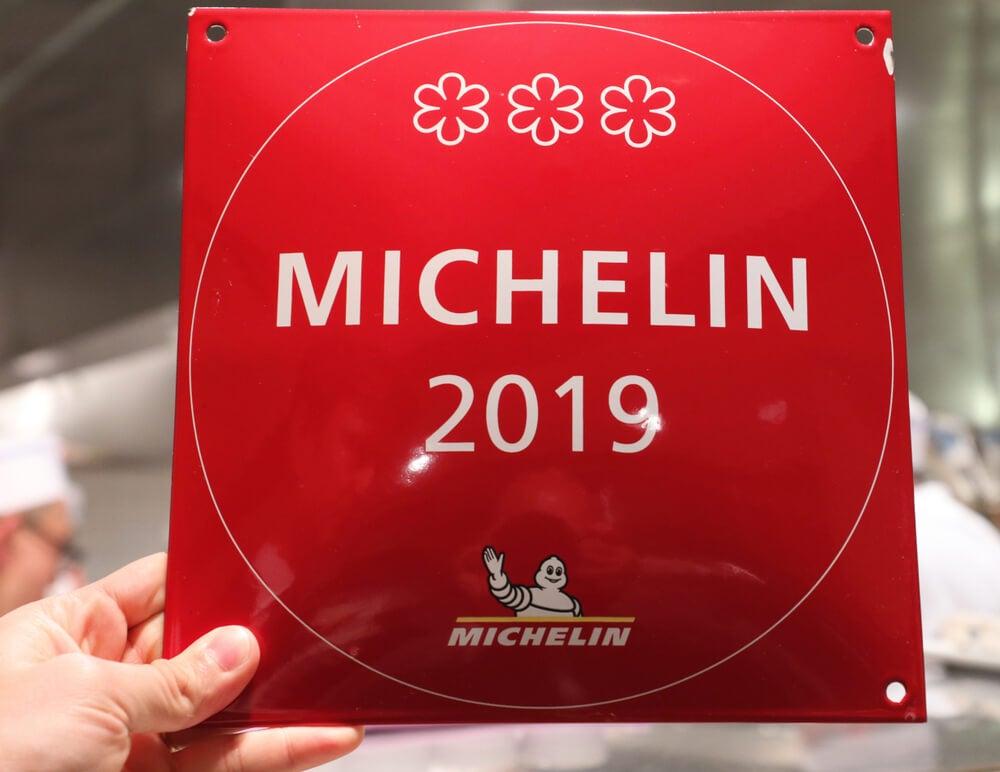 Cartel de un restaurante con estrellas Michelin